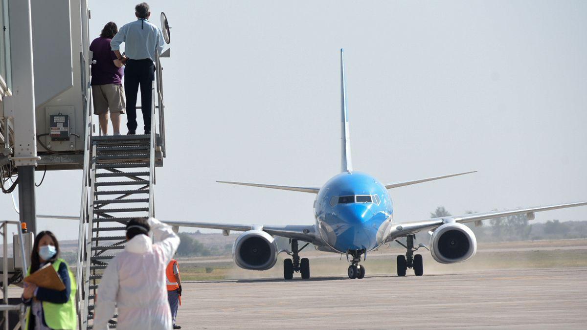 El decreto sobre el distanciamiento social habilita solo los vuelos internacionales desde Ezeiza y San Fernando.