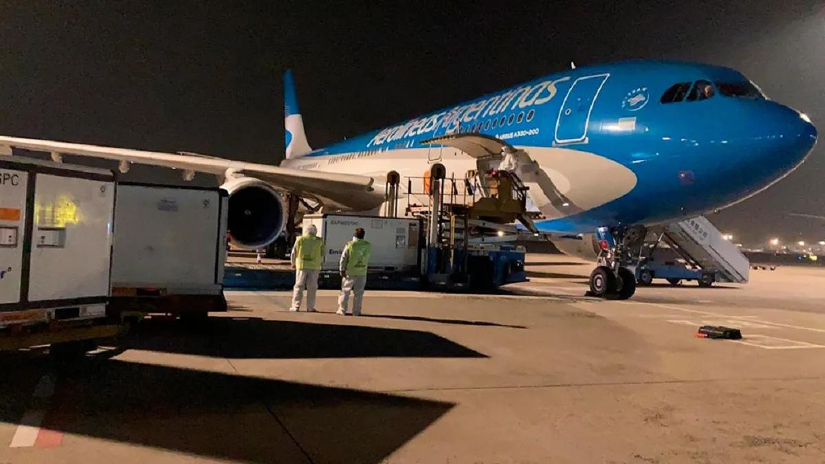 Vacunas llegan desde el exterior en vuelos de Aerolíneas Argentinas.