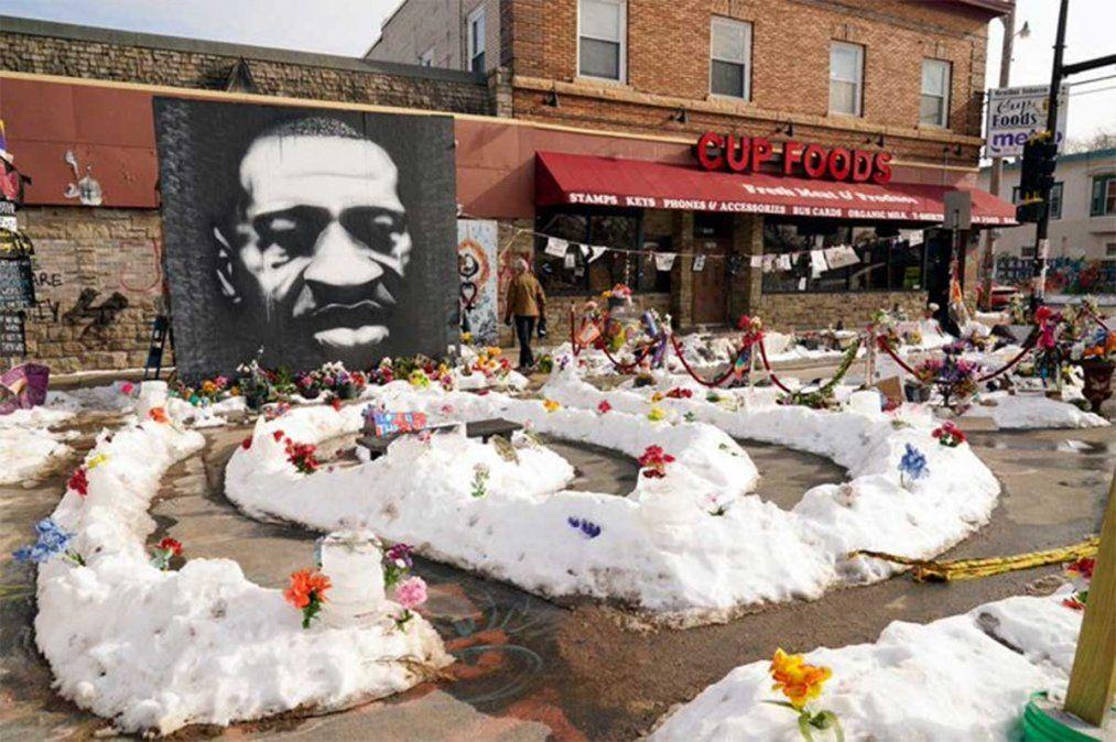 Derek Chauvin asesinó a George Floyd en este minimarket hace casi un año en Minneapolis y comenzó a ser juzgado. Con su rodilla asfixió a Floyd durante 9´ y 29´´.