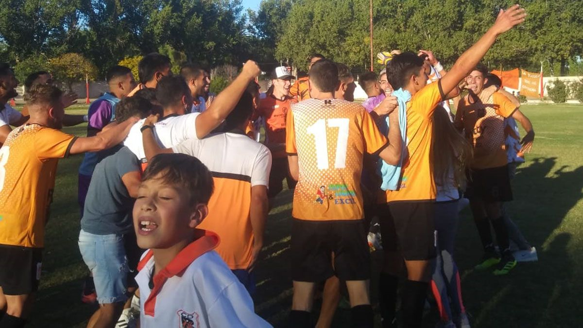Centro Deportivo Rivadavia ganó la final y ascendió a Primera. (Fotos: Gentileza Soy del Este).