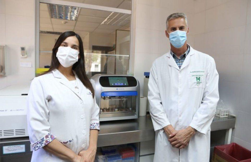 El equipo del Laboratorio de Salud Pública de Mendoza con el nuevo robot que permite agilizar los diagnósticos de coronavirus.