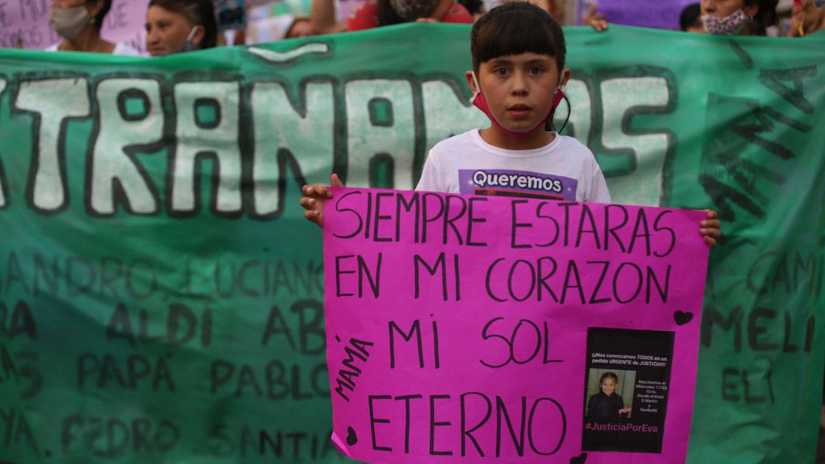Adultos y niños participaron este jueves de la marcha donde se pidió justicia por la muerte de Evangelina Quiroga.