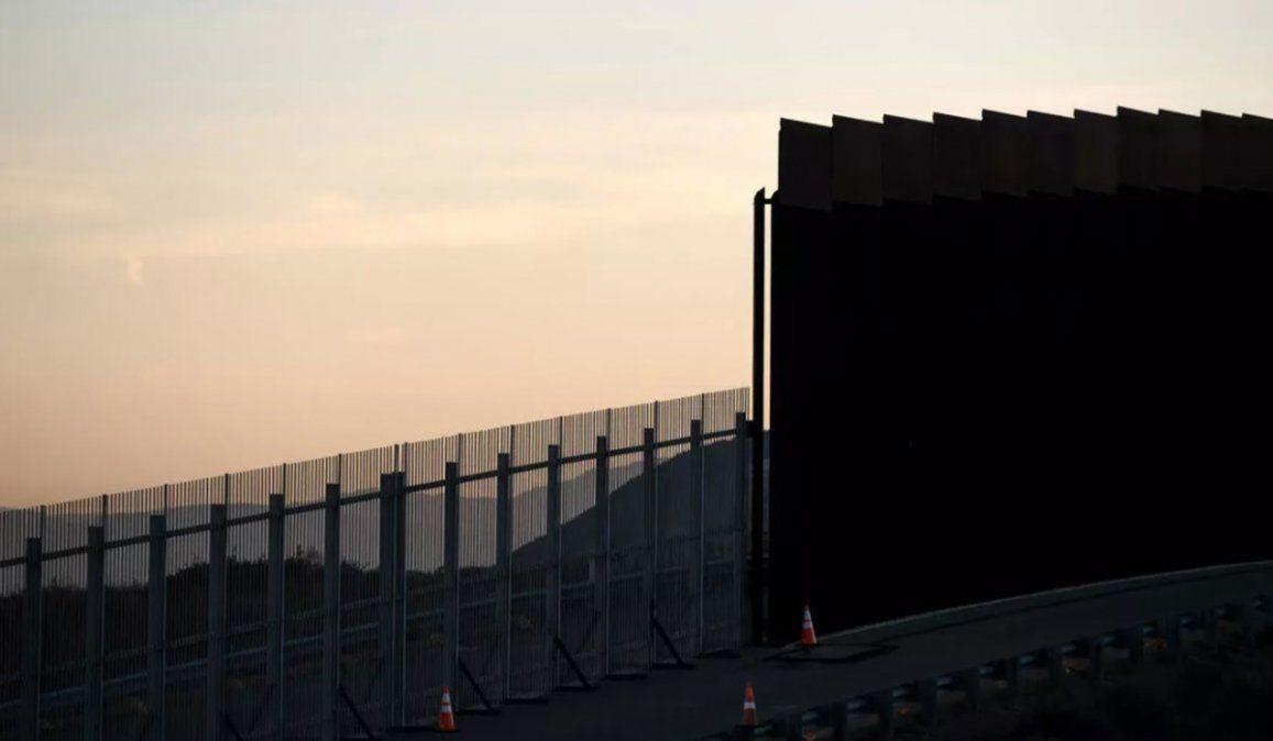 Las niñas fueron lanzadas por arriba de la valla fronteriza de cuatro metros de altura que separa México de Estados Unidos