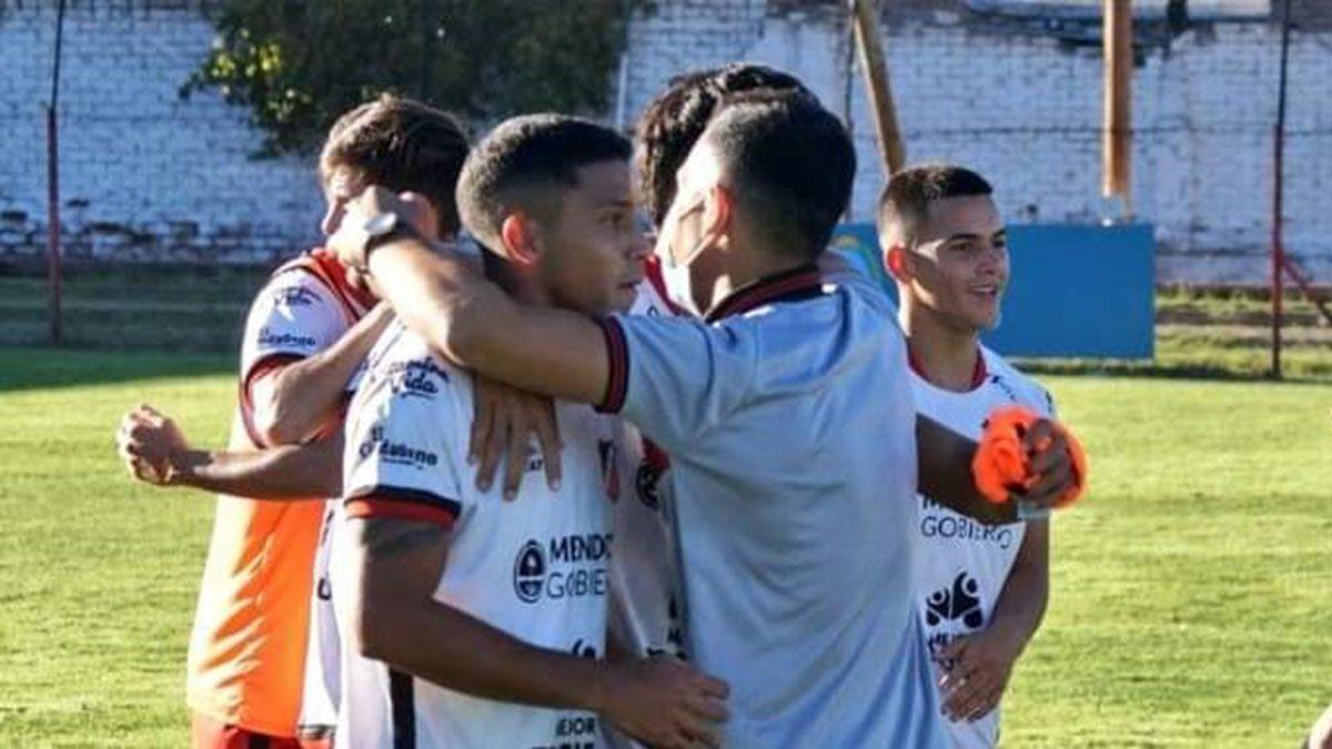 Veliez festejaba su gol en el empate ante Quilmes.