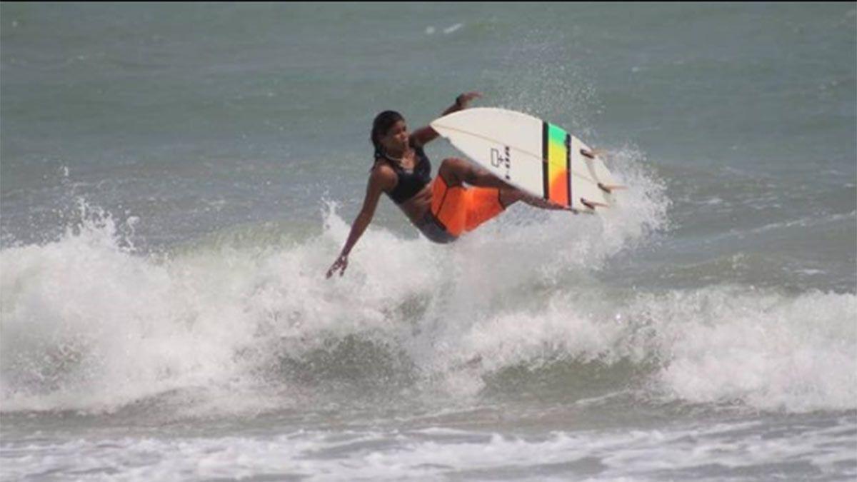 Luzimara Souza entrenaba surf y fue alcanzada por un rayo que le causó la muerte.