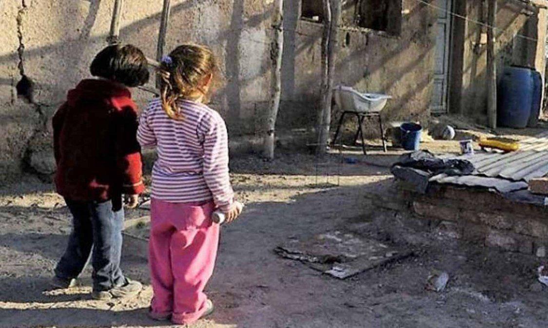 La foto es ilustrativa pero esta imagen de niños sumidos en la pobreza se repite por varios miles en todo el país.