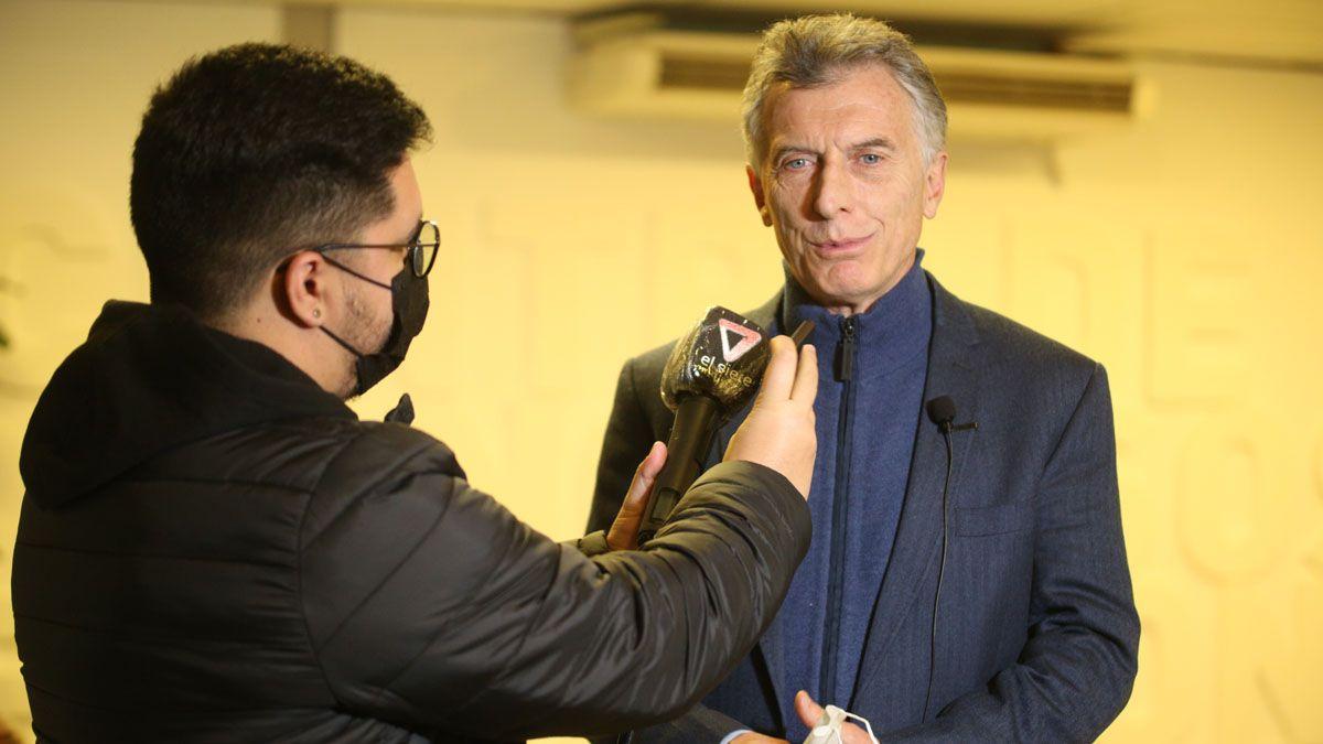 Mauricio Macri está en Mendoza; aquí, entrevistado por el periodista Federico Zalazar de radio Nihuil.