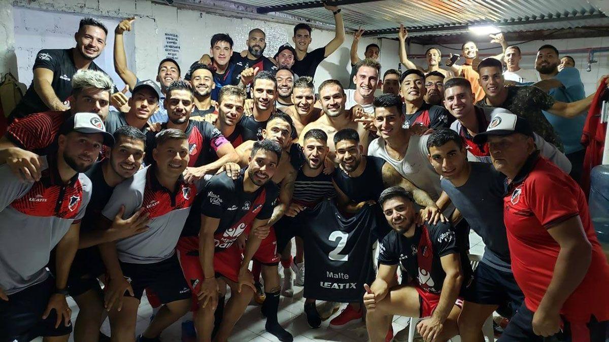 Este fue el festejo de los jugadores y del cuerpo técnico en el vestuario ganador.