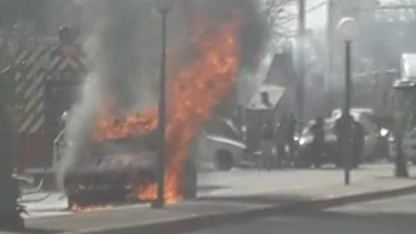 Video: bomberos debieron actuar para apagar el fuego de un auto que se incendiaba