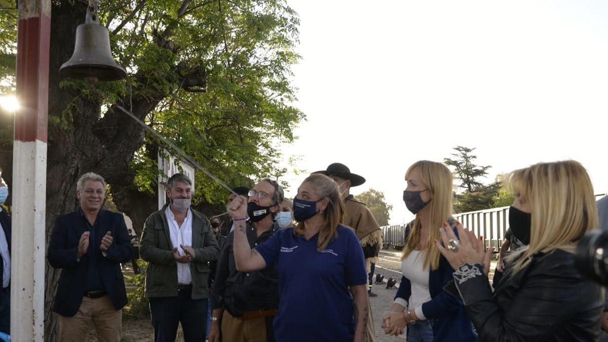Tradicional toque de campana para anunciar la llegada del tren. Allí se lo ve al ex intendente peronista de San Martín, Jorge Giménez, quien reapareció públicamente.