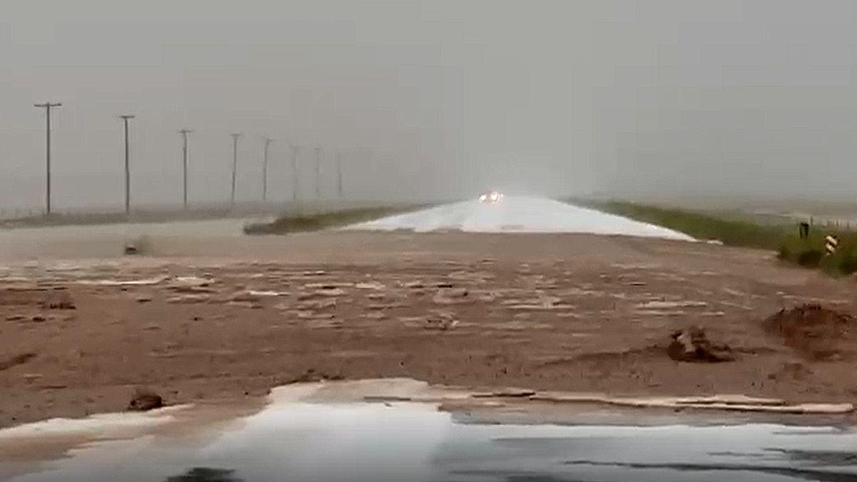 Un cauce se desbordó por las intensas tormentas y provocó que la ruta 40 quedara intransitable a la altura del ingreso a Malargüe.