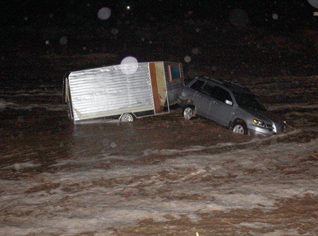 Rescataron a un turista que quedó atrapado en su auto en el medio de una correntada de agua