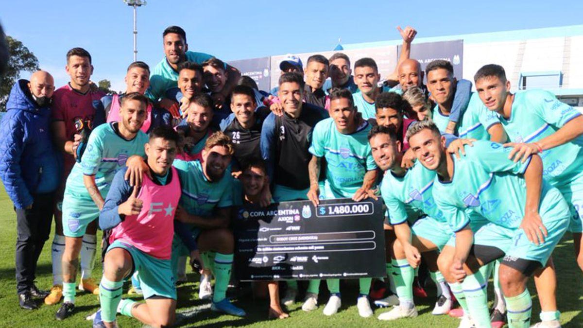 Los jugadores festejaron con el cheque el pasaporte a una nueva fase de la Copa.