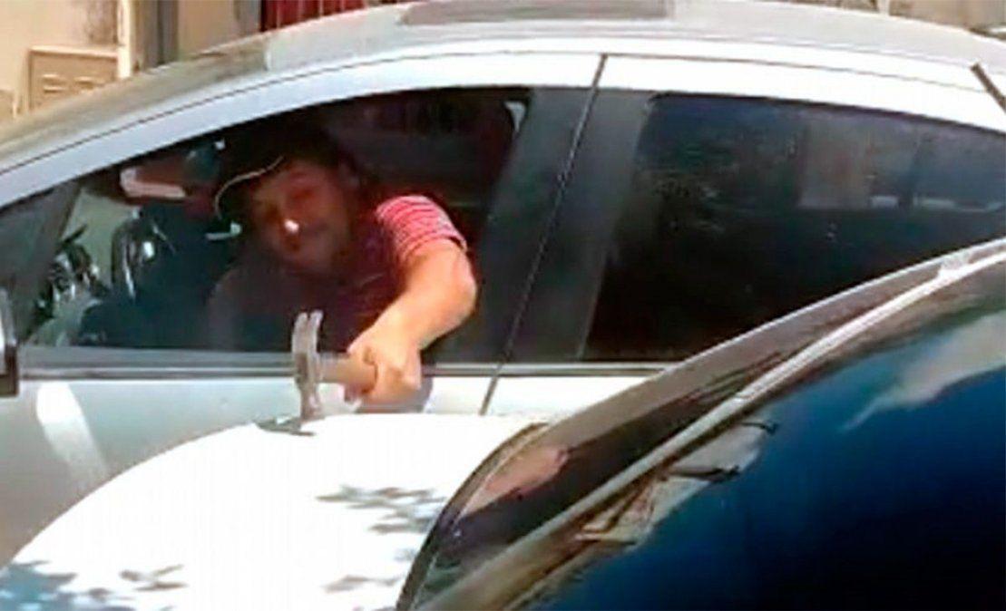 Violencia de género. Su ex le destrozó el auto a martillazos y la amenazó.