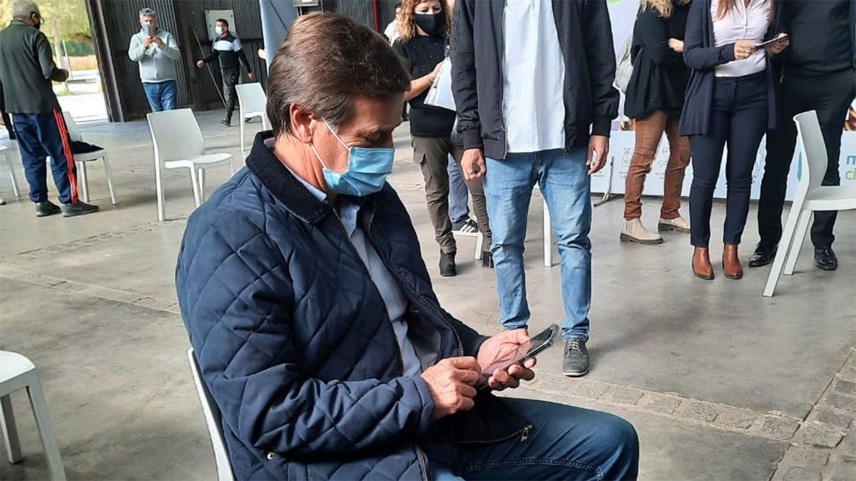 El gobernador Rodolfo Suarez recibió la primera dosis de AstraZeneca