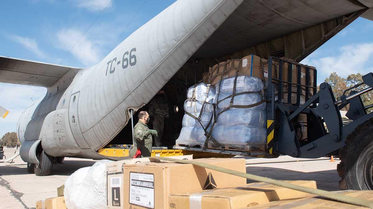 La Nación mandó a Mendoza 30 respiradores y otros insumos en un avión. Llegaron en la mañana de este viernes.
