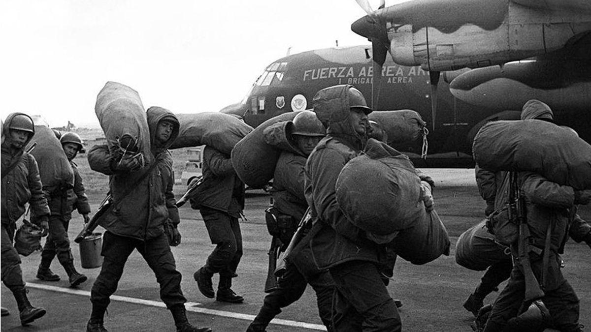 Soldados rumbo a la Guerra de Malvinas. Hace 39 años.