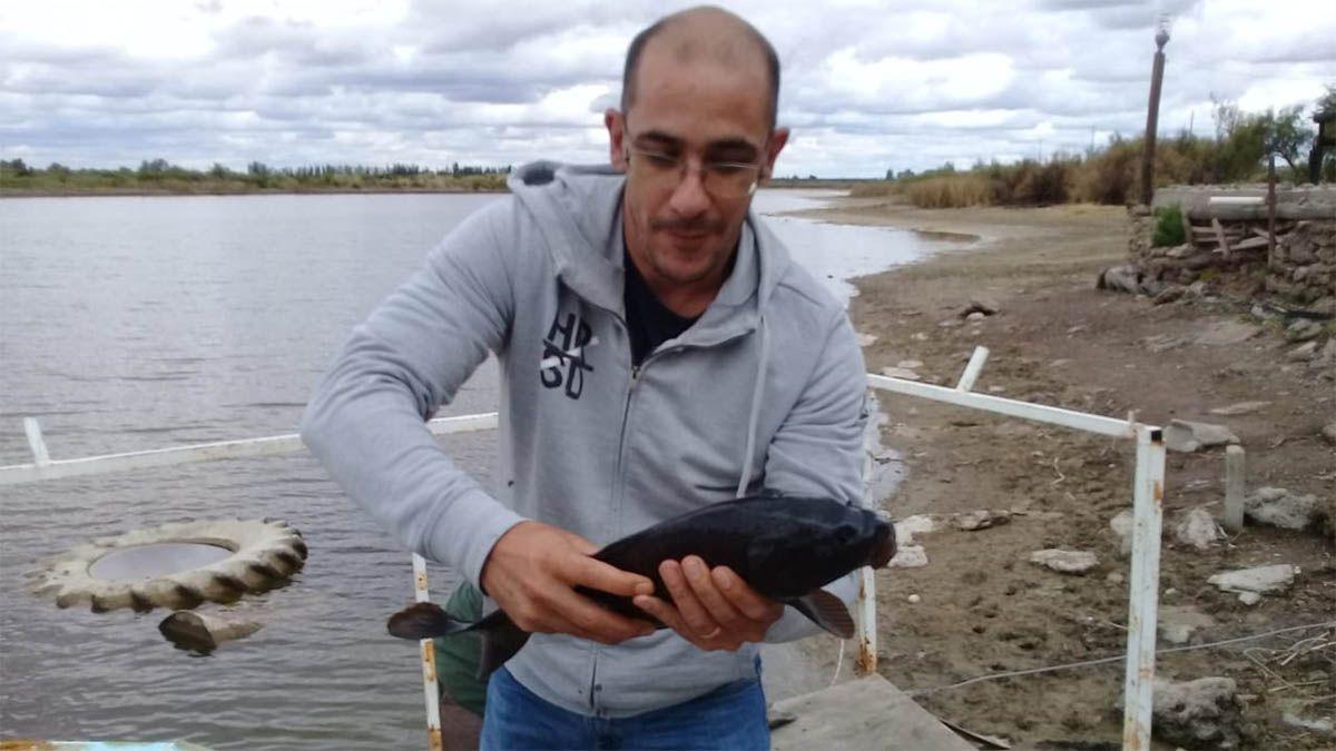 Preocupación en Irrigación por la muerte de peces en una laguna