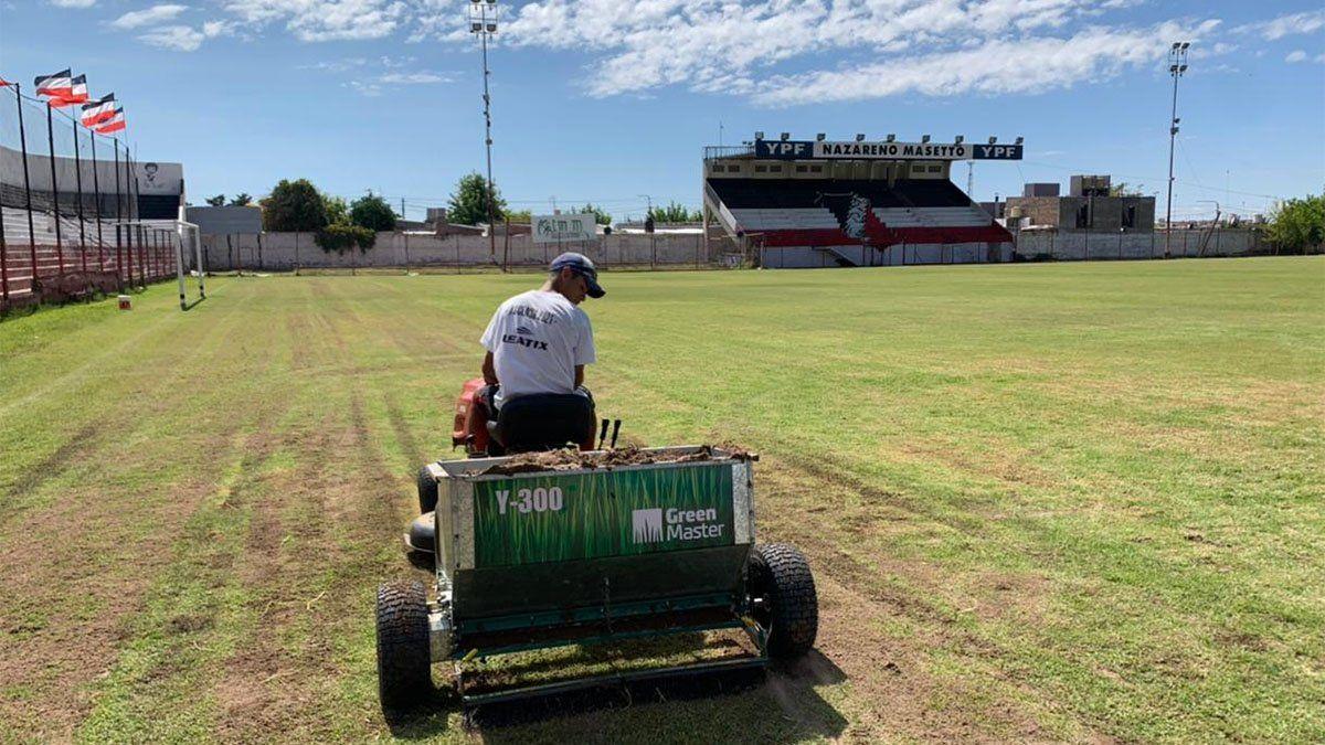 Deportivo Maipú comenzó con el resembrado del campo de juego