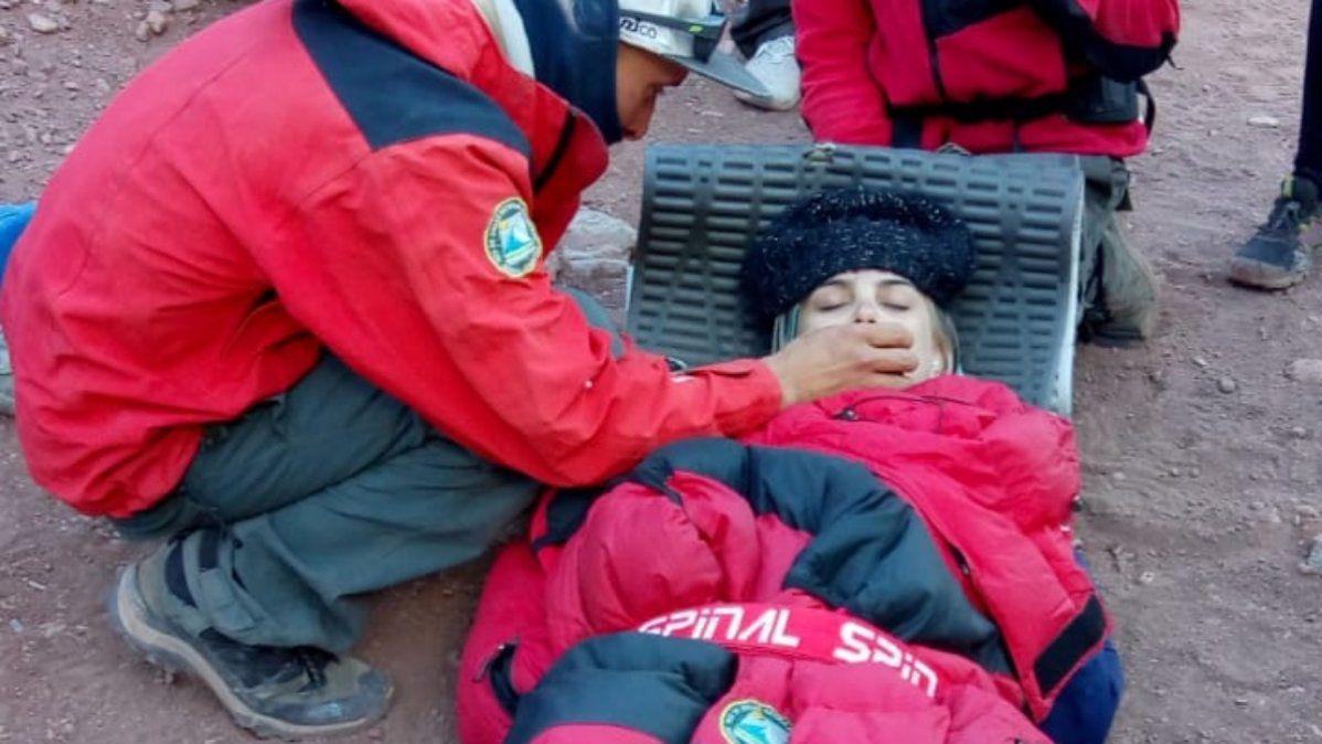 La patrulla de rescate del Parque Aconcagua atiendiendo a Micaela Delgado