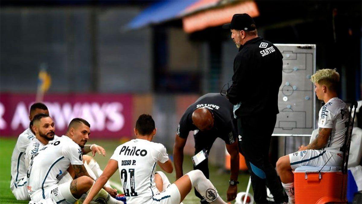 Santos de Brasil admitió los resultados positivos de coronavirus en sus jugadores John y Leonardo Wagner.