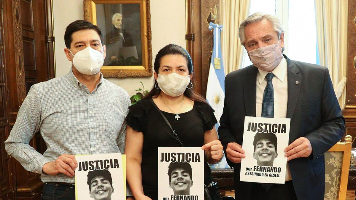 Alberto Fernández en su despacho de la Casa Rosada junto a Silvio Báez y Graciela Sosa