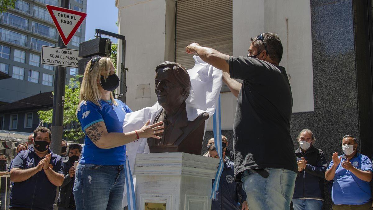 El busto de Kirchner instalado en la sede de la CGT.