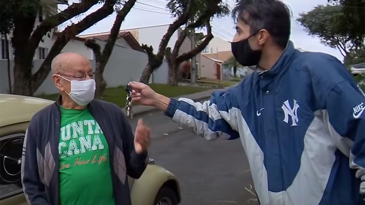 Marcelo Siqueira. El docente no puede creer la sorpresa que le dieron sus exalumnos.