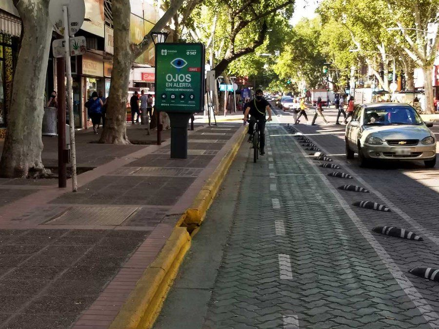 La Municipalidad de Mendoza continúa con la construcción de la ciclovía en avenida San Martín y se habilitó el tramo desde Amigorena hasta San Luis.
