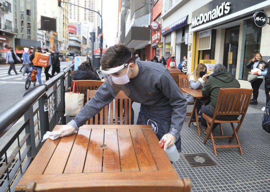 Mientras abren bares en Buenos Aires muchas provincia restringen actividades por el avance del coronavirus en Argentina.
