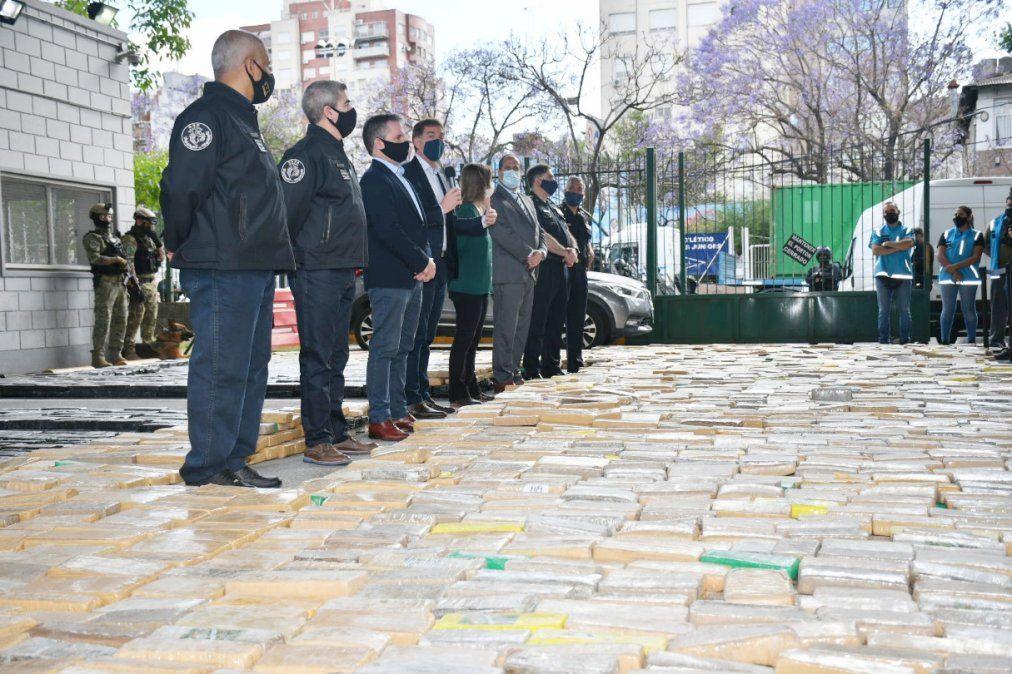 Secuestro. La Policía incautó marihuana con logos de Messi y Escobar.