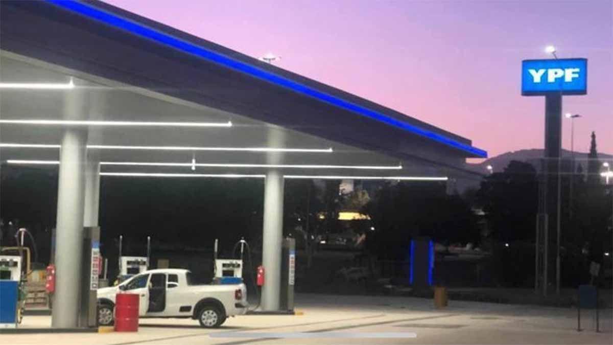 YPF volvió a aumentar este martes los precios de la nafta y el gasoil
