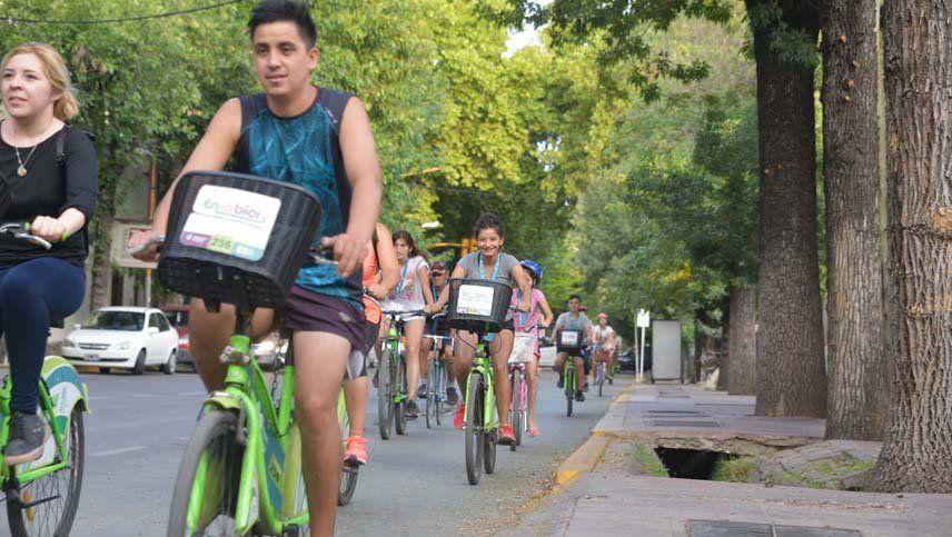 Un bicitour por la Ciudad incluyó a preventores, vecinos y turistas sin casco