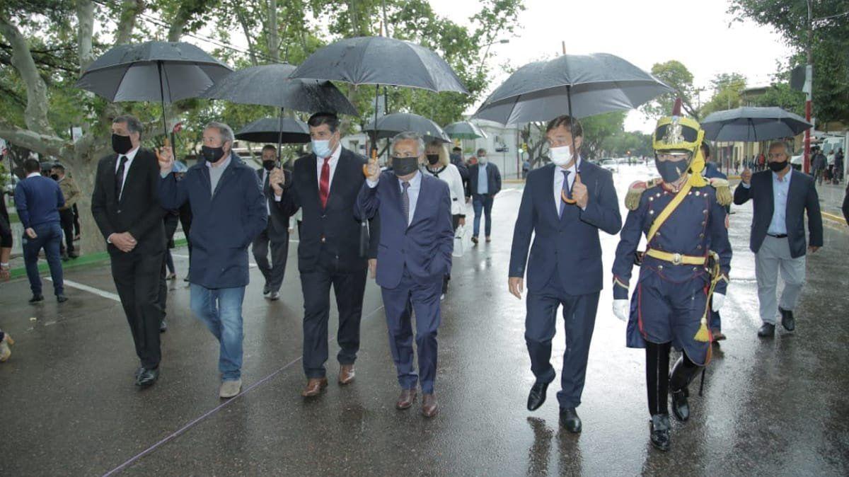 Daniel Orozco camina hasta la plaza Marcos Burgos con los principales invitados
