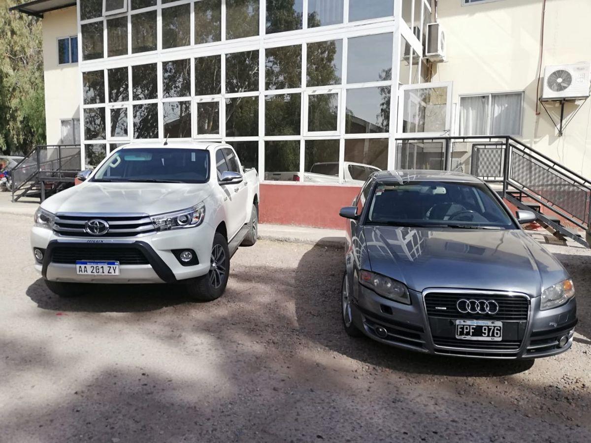Dos de los tres automóviles incautados en los allanamientos.