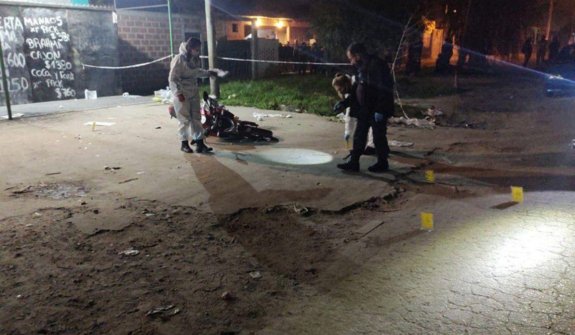 El joven se encontraba en una moto a metros de un supermercado en Melchor Romero