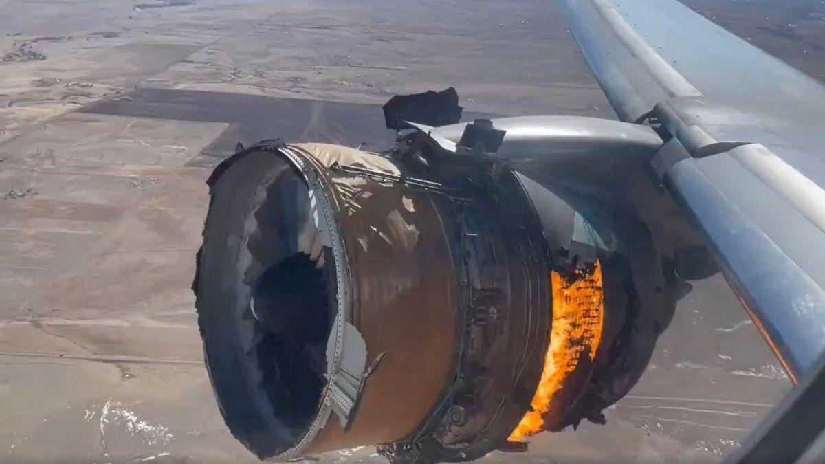 Uno de los motores del Boeing 777-200 explotó y sembró el pánico en Denver