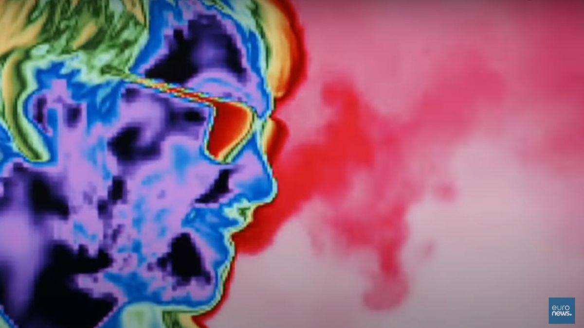 La imagen infrarroja muestra en el video como se dispersan los aerosoles (partículas de la respiración) y en ellos puede haber una carga de cientos o miles de virus del Covid-19.