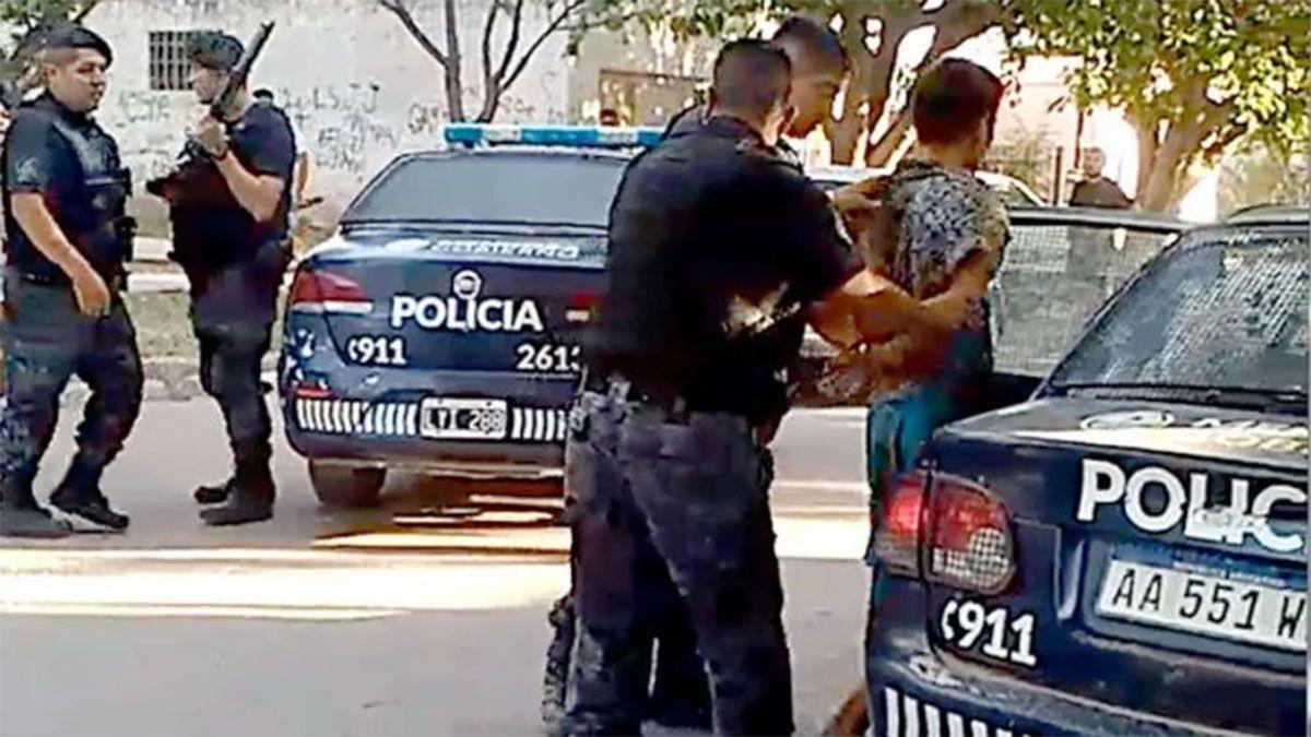 El Morocha cuando terminaba de ser detenido en calle Doctor Moreno de Las Heras.