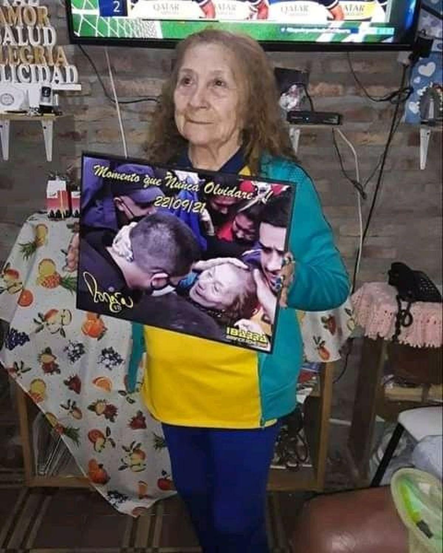 Sara, hincha de Boca, con el recuerdo de su abrazo con Juan Román Riquelme.
