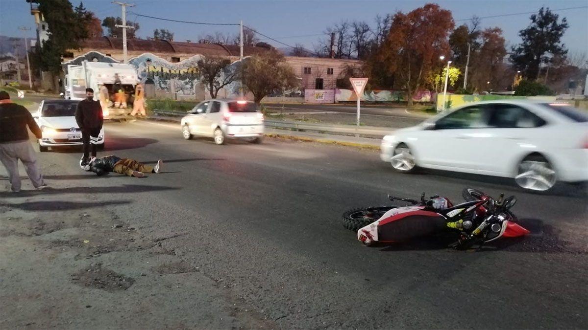 Un motociclista se accidentó en el puente de calle Rawson
