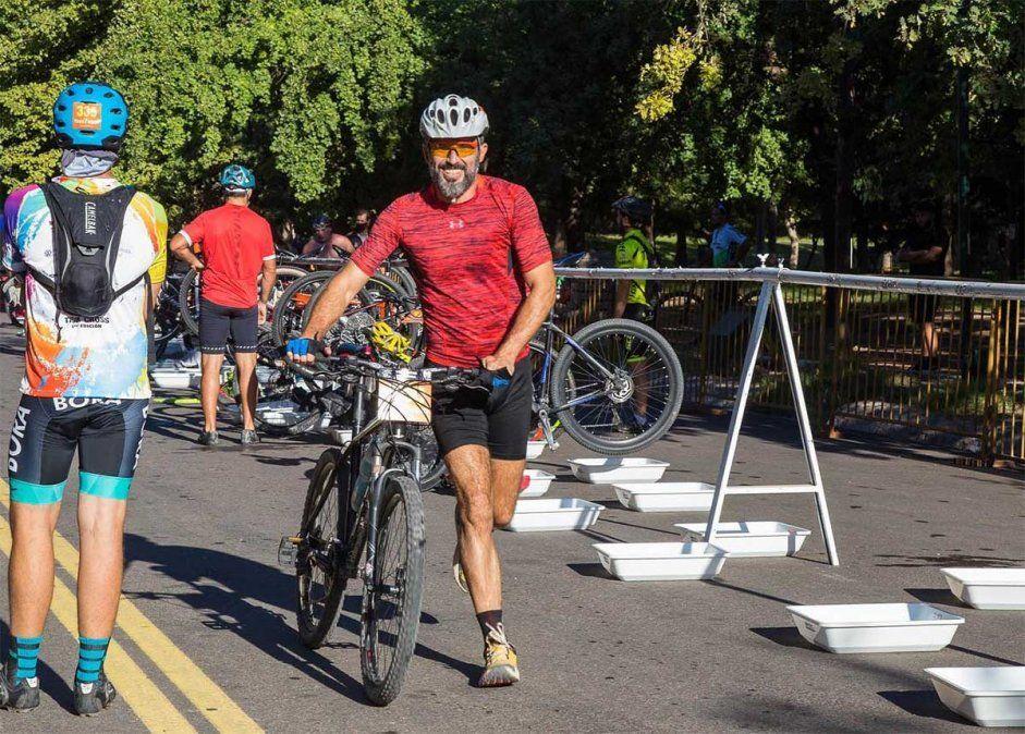 Ulpiano Suarez fue asaltado este sábado mientras andaba en bicicleta por la zona del Dique Papagallo. Tres hombres lo abordaron y lo amenazaron con un cuchillo.