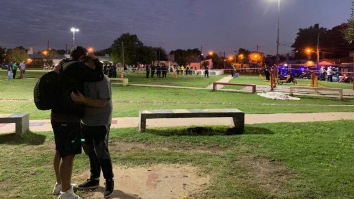 Un joven fue asesinado cuando jugaba en una plaza con su hijo de 4 años