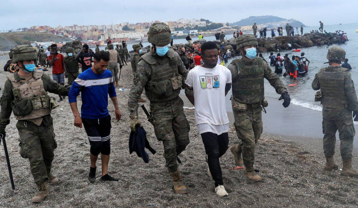 La llegada de migrantes provenientes de Maruecos a través de la frontera en Ceuta ha tensionado las relaciones con España