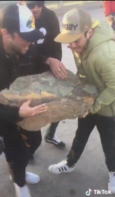 La Justicia busca a jóvenes que arrojaron una gran piedra al dique Agua del Toro y ahora evalúan los daños.