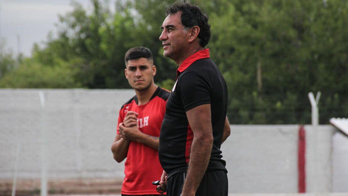 El defensor de Huracán Las Heras Nicolás Inostroza mira atentamente al Lechuga Alaniz.