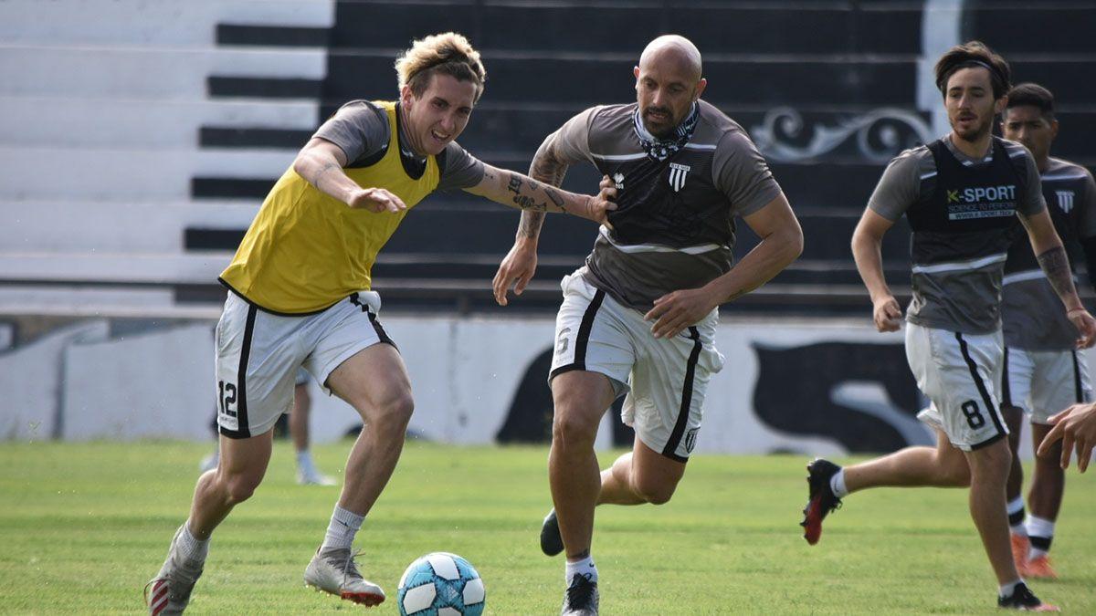 El defensor Renzo Vera marcando a Tadeo Marchiori