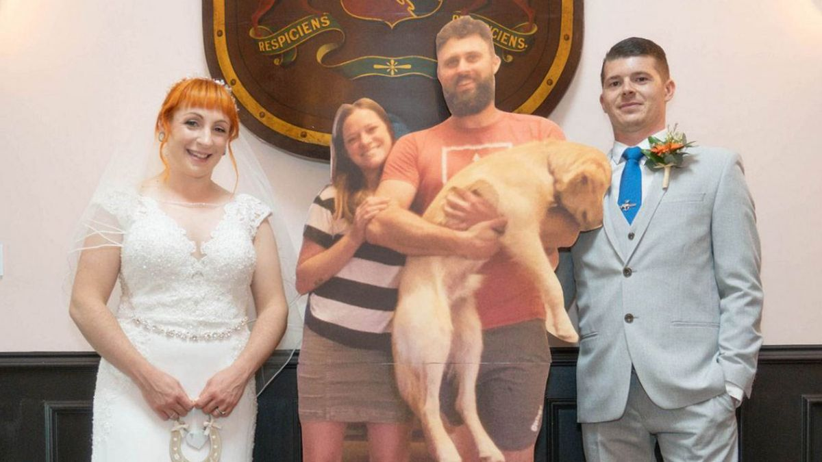 Se casaron y los invitados fueron gigantografías.