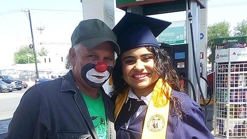 Se recibió y le llevó el título a su papá, que es payaso en una estación de servicio
