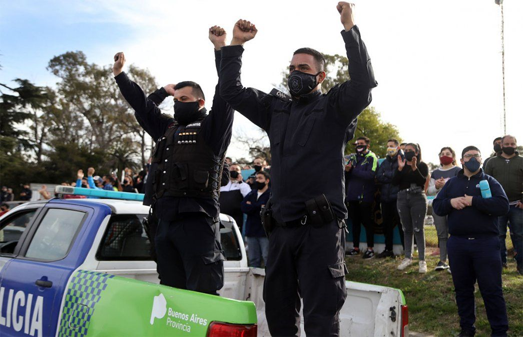 La policía bonaerense realiza un reclamo por un sueldo base de 60 mil pesos. Foto: NA.